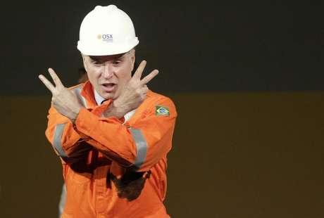 <p>Chairman do Grupo EBX, Eike Batista, gesticula durante cerimônia que marcou o início da produção de óleo em 2012 da então petrolífera OGX, no Complexo Industrial do Superporto de Açu, em São João da Barra (RJ)</p>