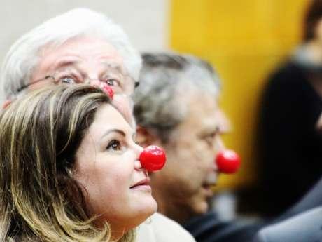 Os vereadores oposicionistas Patrícia Bezerra (PSDB), Gilberto Natalini (PV) e Mário Covas Neto (PSDB) utilizam nariz de palhaço durante a sessão