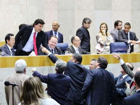 Vereadores discutem durante a sessão que aprovou o aumento do IPTU na capital paulista