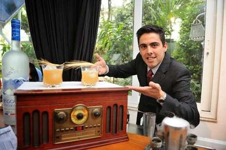 <p>Matheus Cunha posa ao lado do drinque vencedor</p>