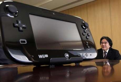 <p>Presidente da Nintendo,Satoru Iwata, é visto ao lado do controle do console Wii U</p>
