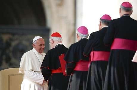 <p>O papa Francisco cumprimenta cardeais e bispos durante audiência geral na Praça de São Pedro no Vaticano no dia 30 de outubro</p>