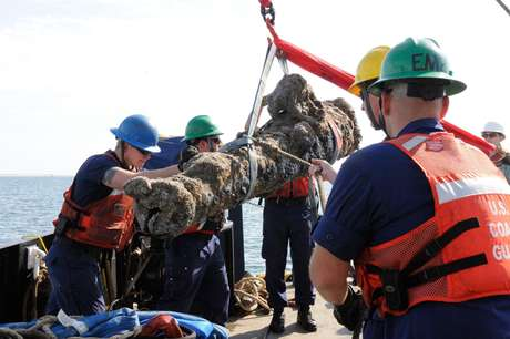 Canhões com até 1.360 quilos foram retirados do mar na segunda-feira