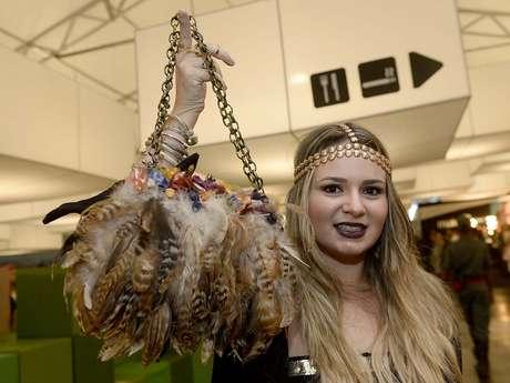 <p>Mafe Buradi ousou com uma bolsa da Zara, com&nbsp;penas e corrente dourada, durante passagem pelo SPFW</p>