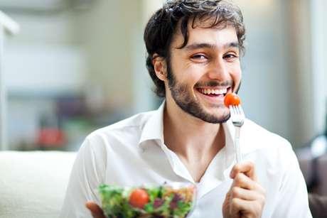 O indicado antes de mudar radicalmente a alimentação, é consultar um nutricionista para garantir que todos os nutrientes estejam presentes em seu prato