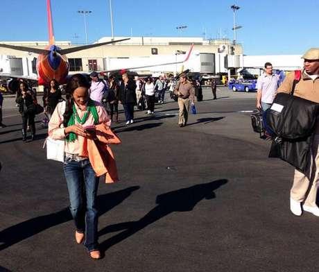 Passageiros são evacuados para a pista do aeroporto de Los Angeles após o tiroteio