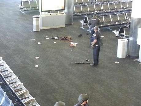 Rifle que teria sido utilizado por atirador é visto no chão do aeroporto