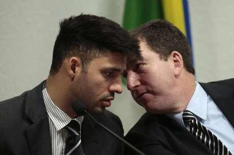 David Miranda (esquerda) conversa com seu parceiro, o jornalista Glenn Greenwald, durante audiência em comitê do Senado sobre espionagem norte-americana, em Brasília, em outubro. 09/10/2013