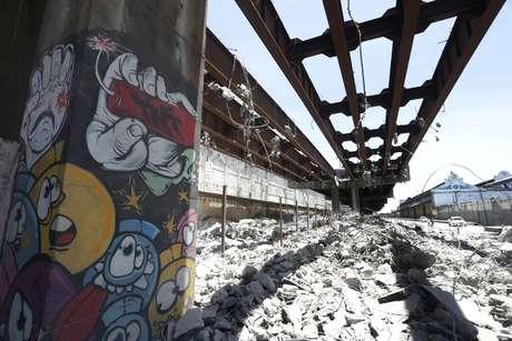 A prefeitura do Rio de Janeiro deu início à retirada da massa asfáltica da pista