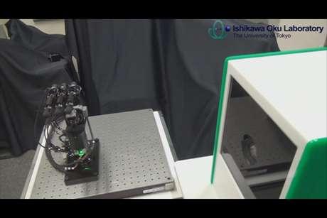 Robô leva um milésimo de segundo para reconhecer qual forma a mão humana está fazendo