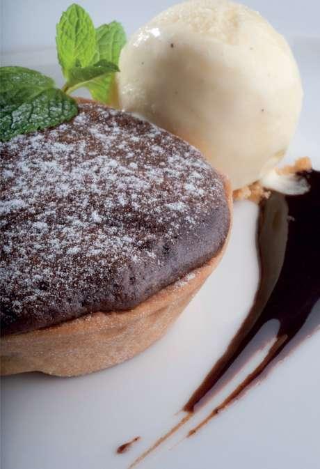 <p>Torta suflê de chocolate.</p>