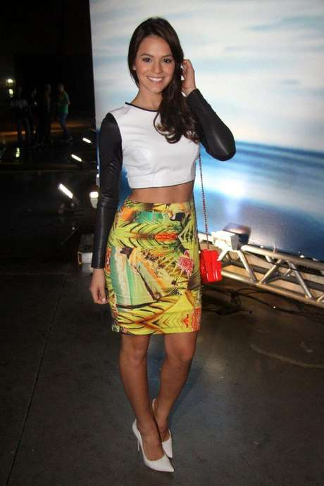 <p>Bruna Marquezine usa saia-lápis da nova coleção da Coca-Cola Jeans, para a qual desfilou. Ela é jovem e está com o abdômen em dia, por isso a blusa cropped bicolor ficou legal. O visual poderia ter ficado melhor se, no lugar do escarpim branco, que dá um ar sério ao look, ela tivesse optado por uma sandália mais modernosa</p>