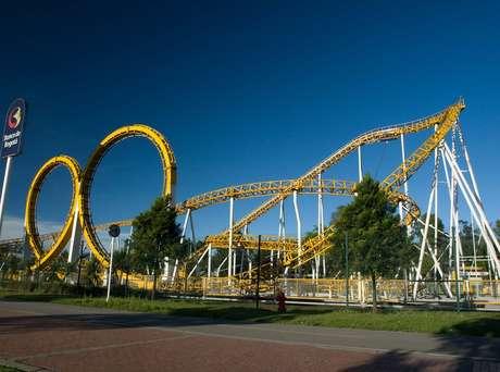 O parque Salitre Mágico fica na Calle 63, entre os números 48 e 96. O telefone é o +571 660-2555. Acima, a montanha-russa Banbo Coaster