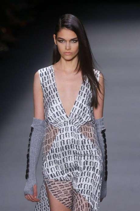 A grife Filhas de Gaia se apresentou neste sábado (09) no Fashion Rio; a coleção de inverno da marca traz muita transparência, decotes profundos e tule ilusion