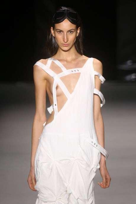 <p>A marca estreante Ocksa, de Igor Bastos e Deisi Witz, apresentou uma coleção toda branca e off-white, com drapeados, transparências e seios de fora</p>