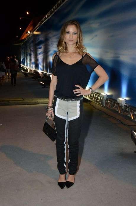 Atriz compareceu ao último dia de desfiles do Fashion Rio, neste sábado (9)