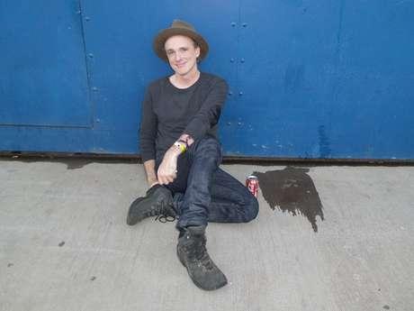 Vocalista do Travis, Fran Healy descansa no chão após show enérgico no Planeta Terra 2013