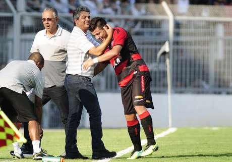 <p>Cobiçado pelo Santos, Ney Franco tem acordo verbal com o Santos, mas vinda passa por seu auxiliar; clube nega loucura salarial</p>
