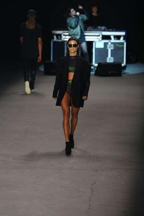 <p>Thaila Ayala subiu à passarela exibindo boa forma, com barriguinha à mostra</p>