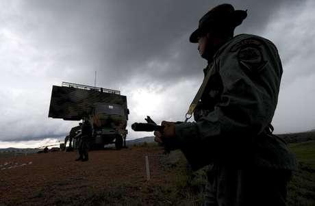 <p>El gobierno venezolano advirtió que la custodia de los aires continua en altos niveles en todo el territorio nacional.</p>
