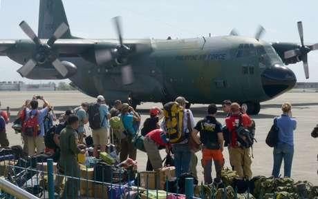 Más personal médico y expertos en catástrofes aterrizaron este domingo en Vietnam y otras ciudades de Filipinas,
