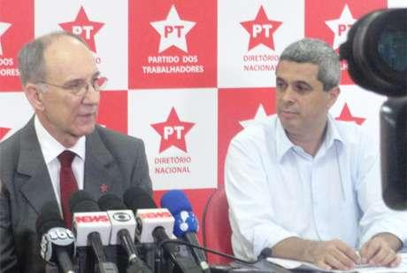 Rui Falcão (esq.) concedeu entrevista coletiva após a confirmação de sua reeleição para o cargo de presidente nacional do PT