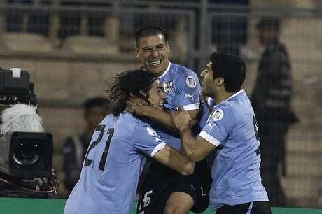 <p>Uruguay golea 5-0 a Jordania y pone un pie en Brasil.</p>
