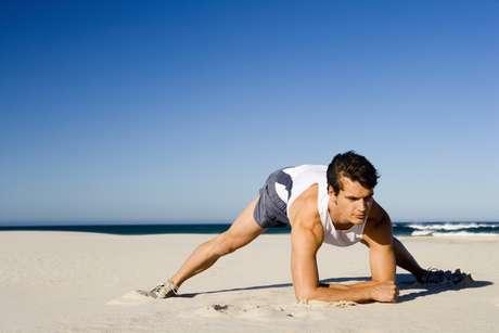 <p>Suar a camisa na areia exige alguns cuidados especiais, como mais hidratação, já que o calor é maior do que nas salas de ginástica, e o uso de protetor solar</p>
