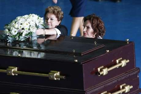 <p>Ao lado da viúva de Jango, Maria Teresa Goulart (dir.), Dilma deposita flores sobre o caixão do ex-presidente</p>