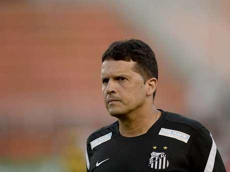 <p>Claudinei foi informado na terça, em reunião na Vila Belmiro, que não seguirá no clube; técnico fará mais três jogos em 2013</p>