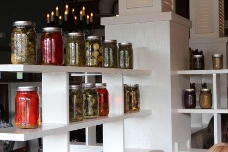A casa produz os próprios embutidos e vegetais em conserva
