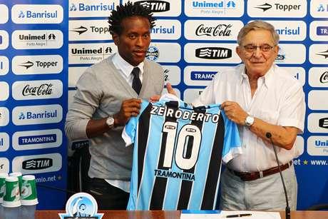 Zé Roberto foi contratado em 2012 e ainda pode renovar para 2014