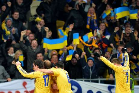 Jogadores da Ucrânia festejam vitória sobre a França em Kiev que deixa a equipe mais perto da Copa do Mundo