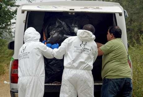 <p>Expertos forenseslevantanalgunos de loscadáveres enconteadas en La Barca, Michoacán, esteviernes 15 de noviembre de 2013.</p>