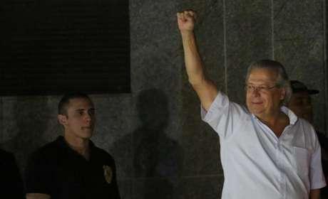O ex-ministro da Casa Civil José Dirceu acena na chegada à sede da Polícia Federal, em São Paulo, após ter a sua prisão decretada, nesta sexta-feira. 15/11/2013
