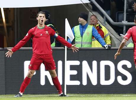 Cristiano Ronaldo comemora gol em vitória de Portugal sobre a Suécia em Estocolmo; o astro decidiu a classificação lusitana à Copa do Mundo