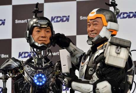 """Matsudaira posa para foto ao lado do """"sósia"""" robô"""
