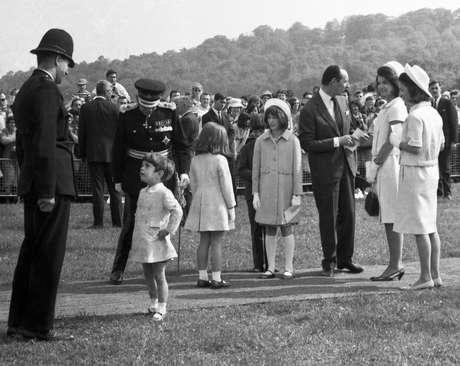 Junto dos filhos, Jacqueline Kennedy participa de cerimônia de homenagem ao marido em Runnymede, na Inglaterra, em maio de 1965