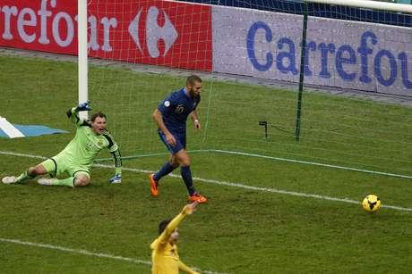 <p>Benzema fez gol em completo impedimento, mas França teve gol legal anulado pouco antes</p>