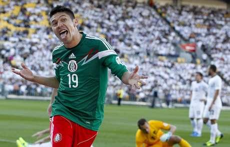 Oribe Peralta comemora um de seus gols na vitória sobre a Nova Zelândia