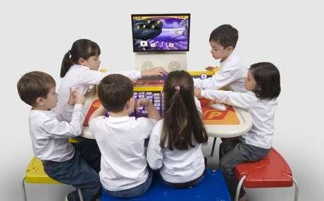 A um olhar desatento, podem parecer apenas mesas de plástico com banquinhos coloridos e blocos de montar, objetos comuns encontrados em qualquer sala de aula de educação infantil