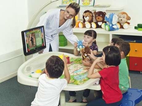as mesas educacionais usam tecnologia de ponta para auxiliar na alfabetização, ensino de matemática, línguas estrangeiras, entre outras funções