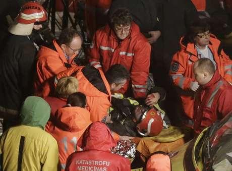 Bombeiro ferido é resgatado dos escombros do supermercado