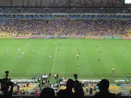 Jogadores de Cruzeiro e Vasco sentados antes da partida