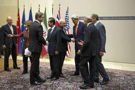 Ao centro, o chanceler iraniano, Javad Zarif, cumprimenta o secretário de Estado dos EUA, John Kerry, na sede das Nações Unidas, em Genebra
