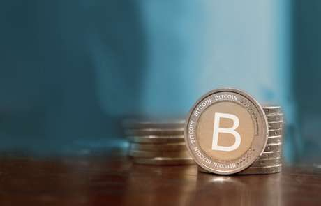 O bitcoin é uma moeda virtual, criada em 2009, que dispensa um órgão regulador e vem se popularizando em transações online