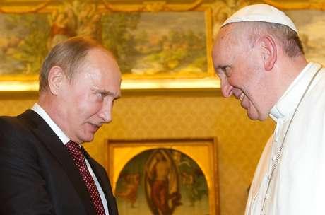 O papa Francisco durante encontro com Putin (esq.)