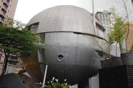 Inaugurada em 1979, a Casa Bola, projeto de Eduardo Longo, tem intrigado desde então quem passa pelas ruas Amauri e Peruíbe, em São Paulo. Pela primeira vez, o arquiteto abriu as portas da sua residência para satisfazer a curiosidade das pessoas
