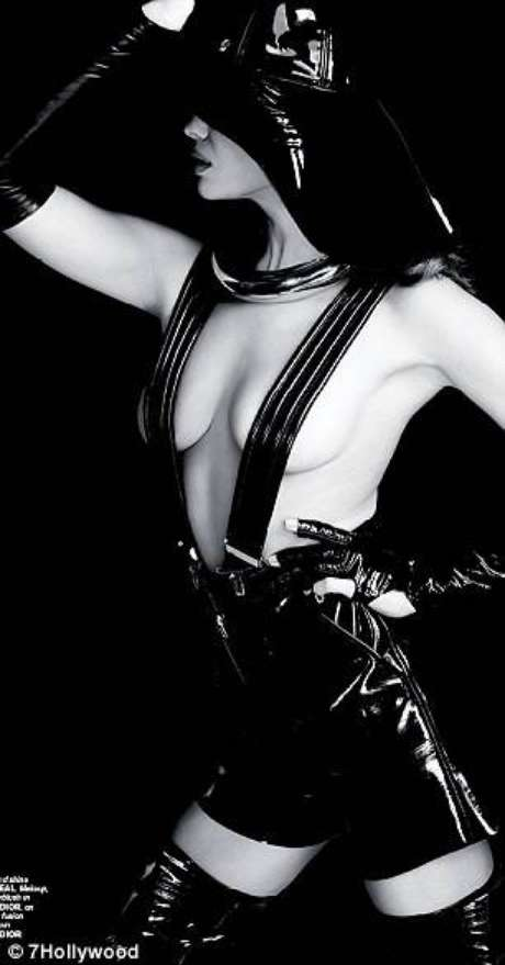 <p>Con 27 años la modelolució su espectacular figura con prendas de cuero en color negro.</p>