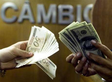 <p>Brasileiro troca reais por dólares em corretora de câmbio no centro do Rio de Janeiro</p>